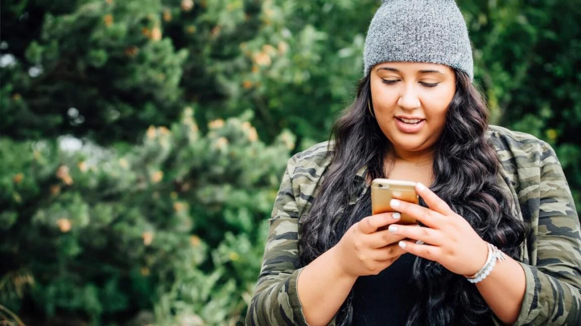 yerli kadın, bakıyor, cep telefonu