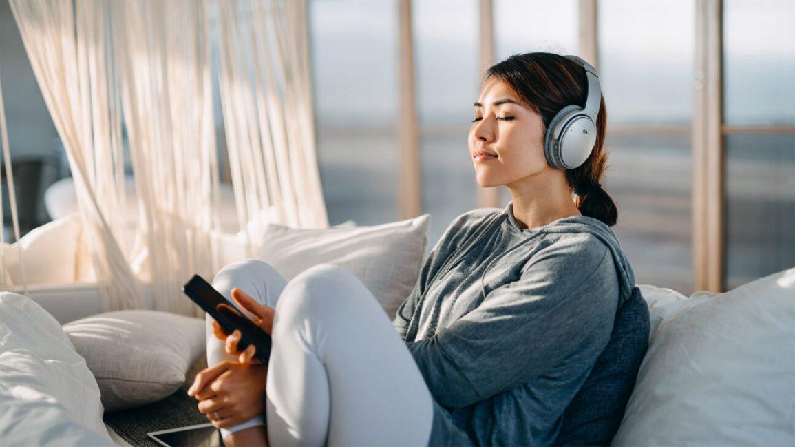 Mulher usando fones de ouvido