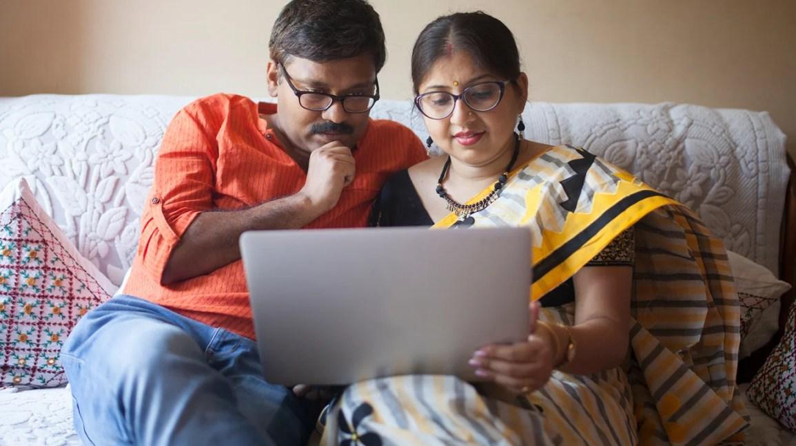 Casal participando de terapia online de casais