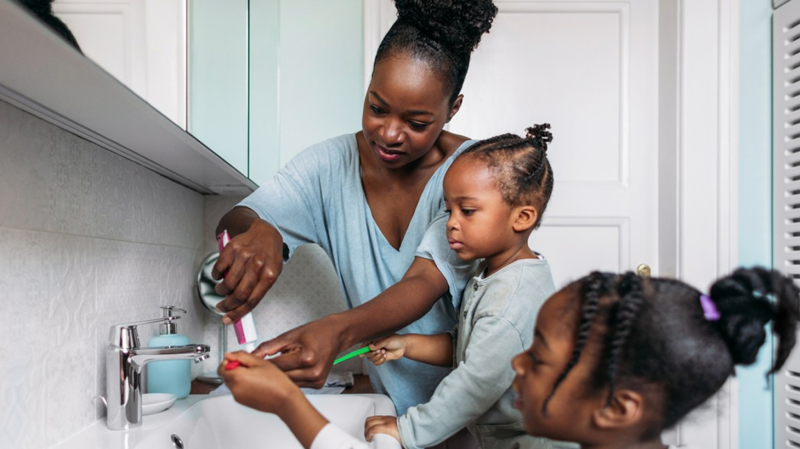 Anne yürümeye başlayan çocuk fırçasına yardım