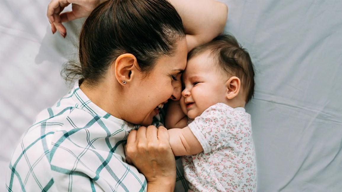 Mamãe e bebê abraçando