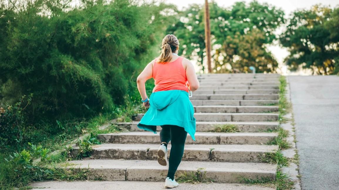 Pessoa subindo escadas correndo