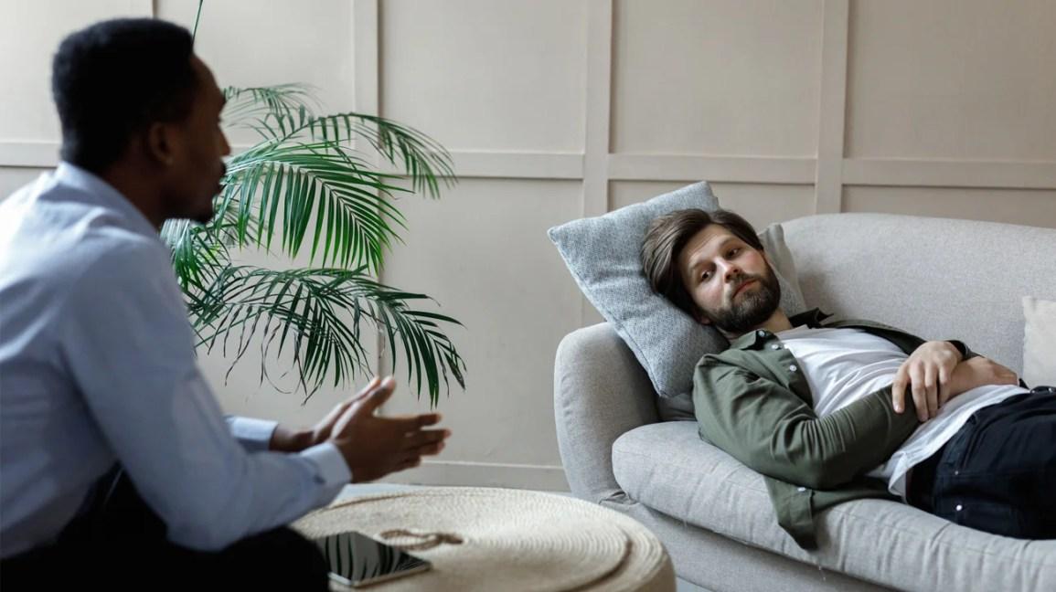 psikoterapi ofisinde kanepede yatan adam