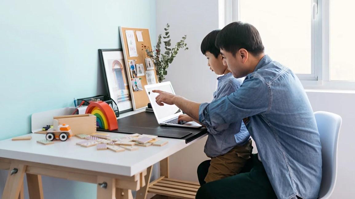 baba ve oğul dizüstü bilgisayarda sanal toplantıya katılıyor