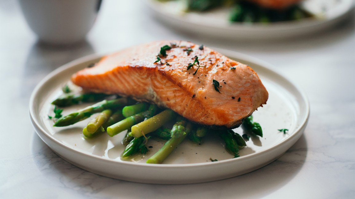 Dinner plate with salmon and asparagus