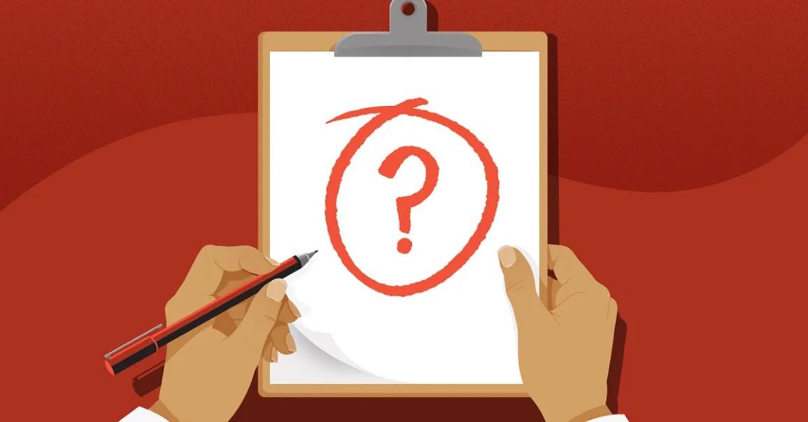 Pano kağıda çizilmiş soru işareti ile holding eller