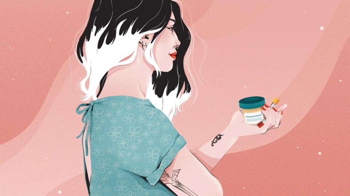 tess catlett, siyah kökleri beyaz saçla harmanlanmış beyaz bir kadın, iki burun piercingi ve kırmızı ruj, açık mavi bir tıbbi önlük giyen profil çizimi;  sağ kolu çaprazdır ve kolunun arkasında bir hançer dövmesi ortaya çıkar.  sol kolu dışarıya doğru uzanarak bir idrar numune kabı ve iki test tüpünü görünmeyen bir masaya yerleştiriyor.