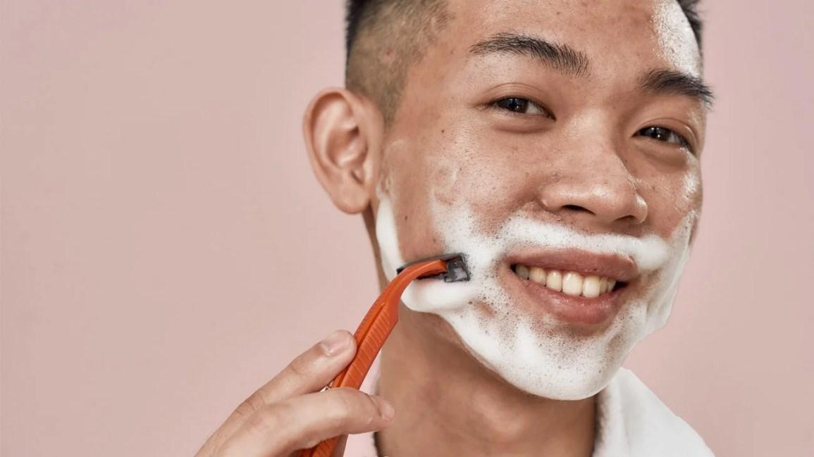 barbear-se com acne, jovem tendo
