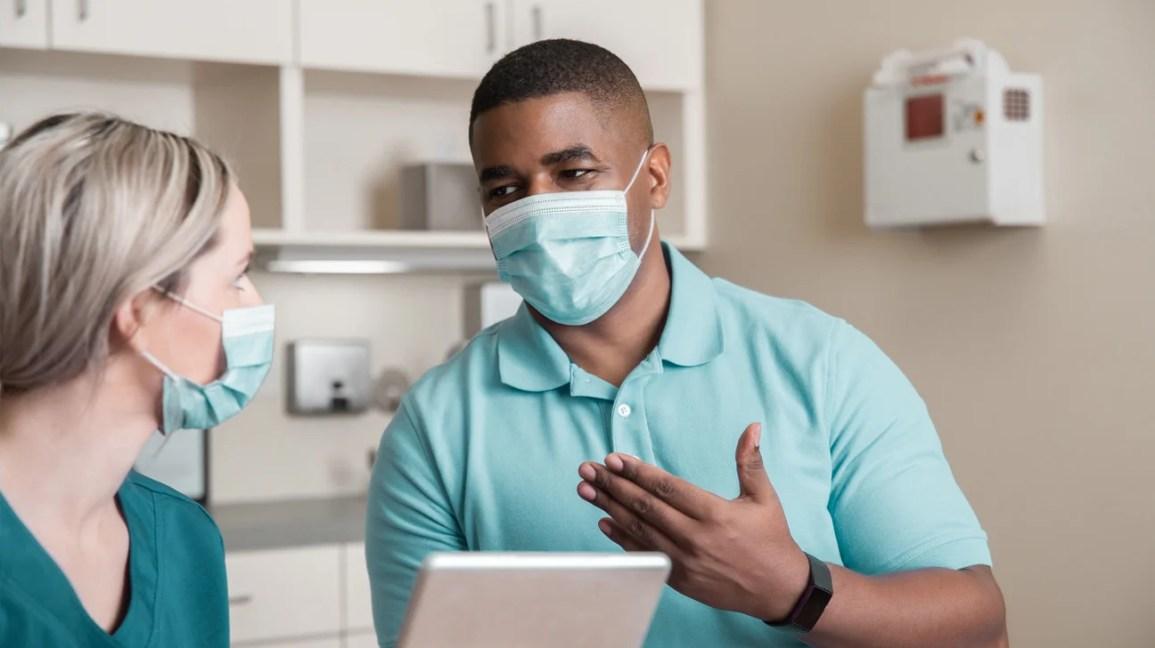 paciente discute ADPKD com profissional de saúde