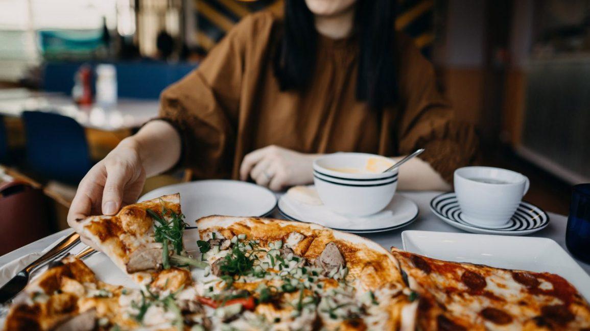 alimentos a evitar durante o ataque de telhas, pizza