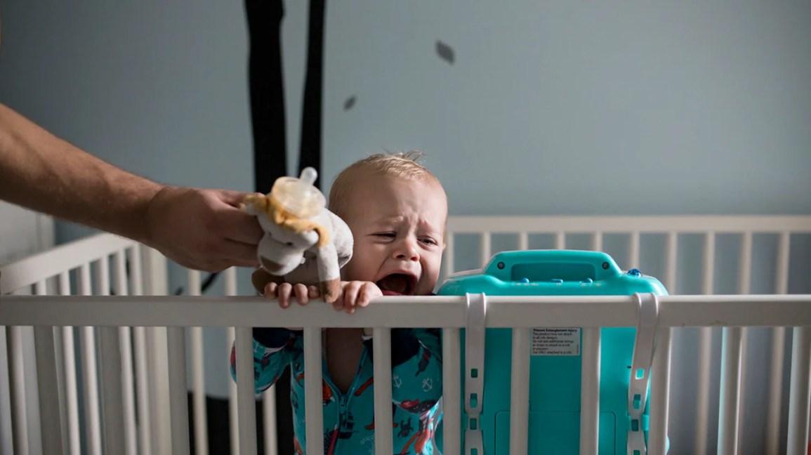 Bebê no berço chorando