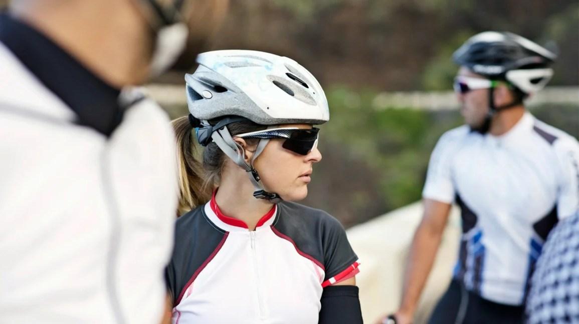 ciclistas lá fora prontos para andar de bicicleta