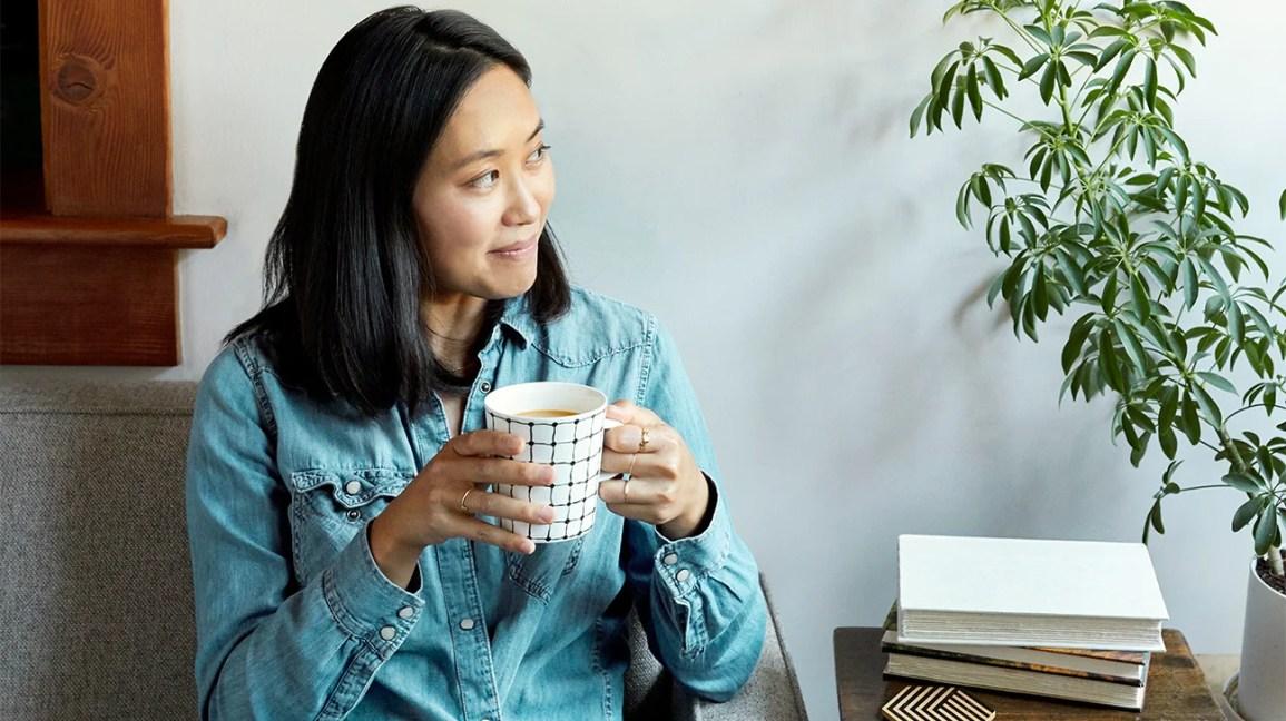 Donna che beve tazza di tè