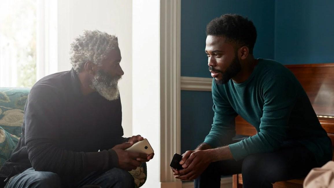 homem sentado conversando profundamente com o pai