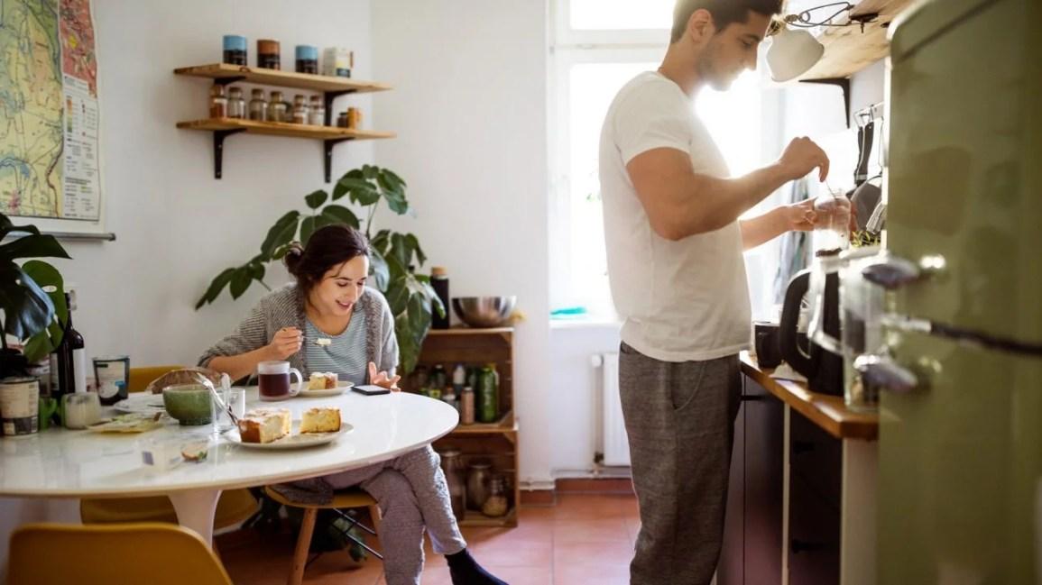 çift, işlevsel sabitliğin ilişkileri nasıl etkilediğini tartışıyor