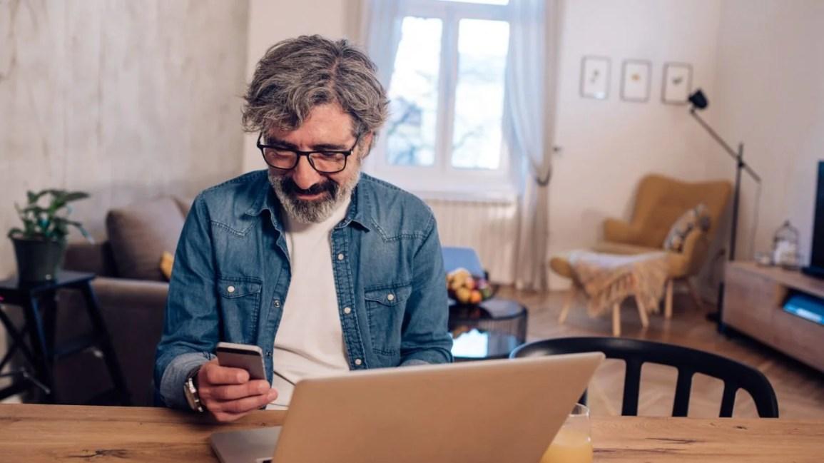 Erektil disfonksiyon için çevrimiçi takviyeler satın alan adam