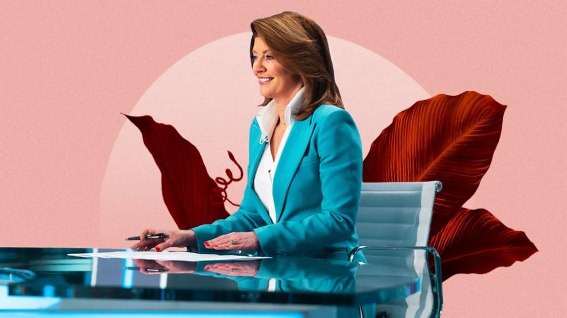 A jornalista Norah O'Donnell está sentada em uma mesa de trabalho sobreposta em um fundo botânico rosa