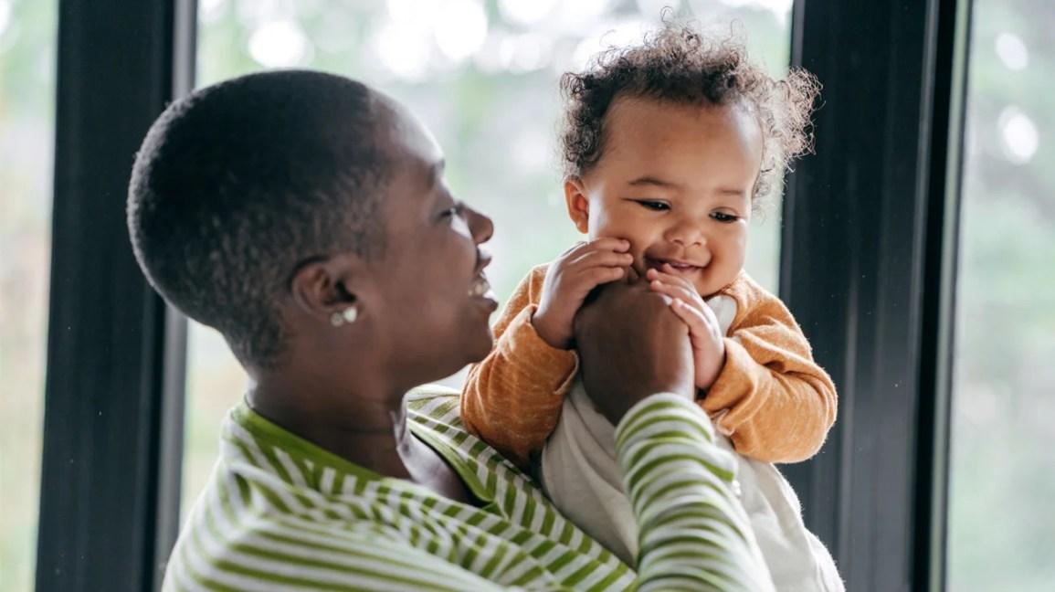 Yetişkin kollarında bebek diş çıkarma