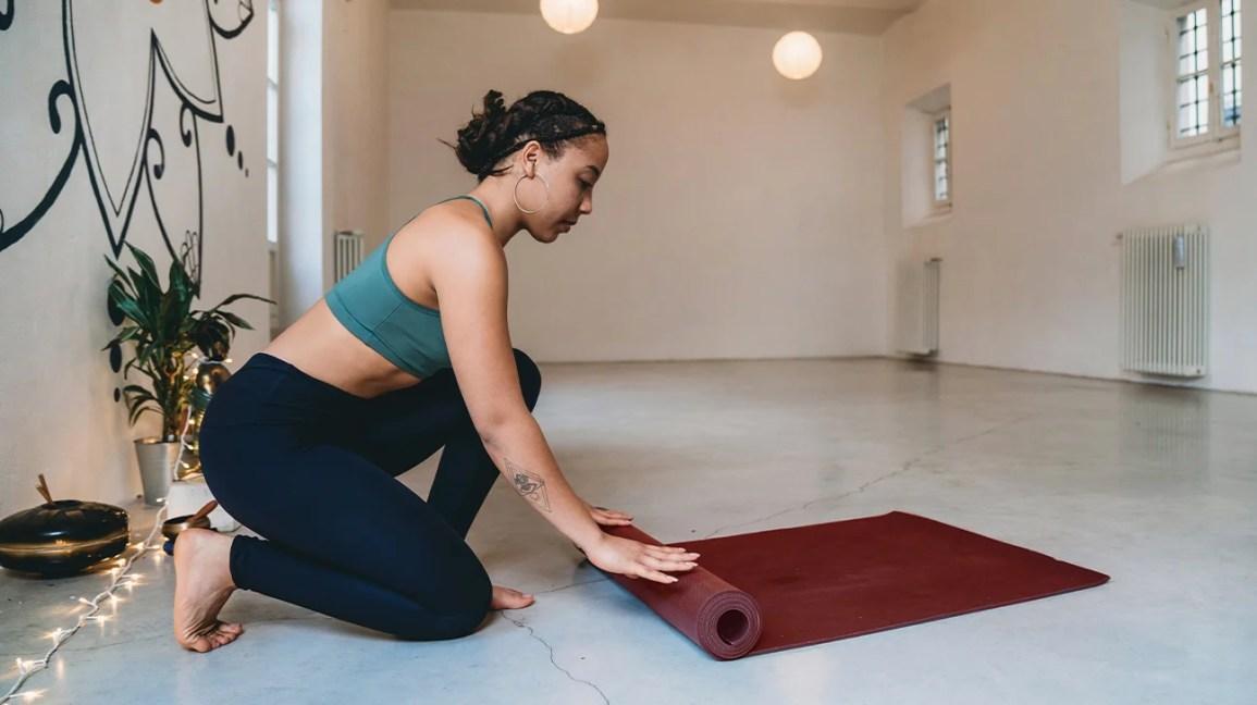 yoga matı yuvarlanan kadın