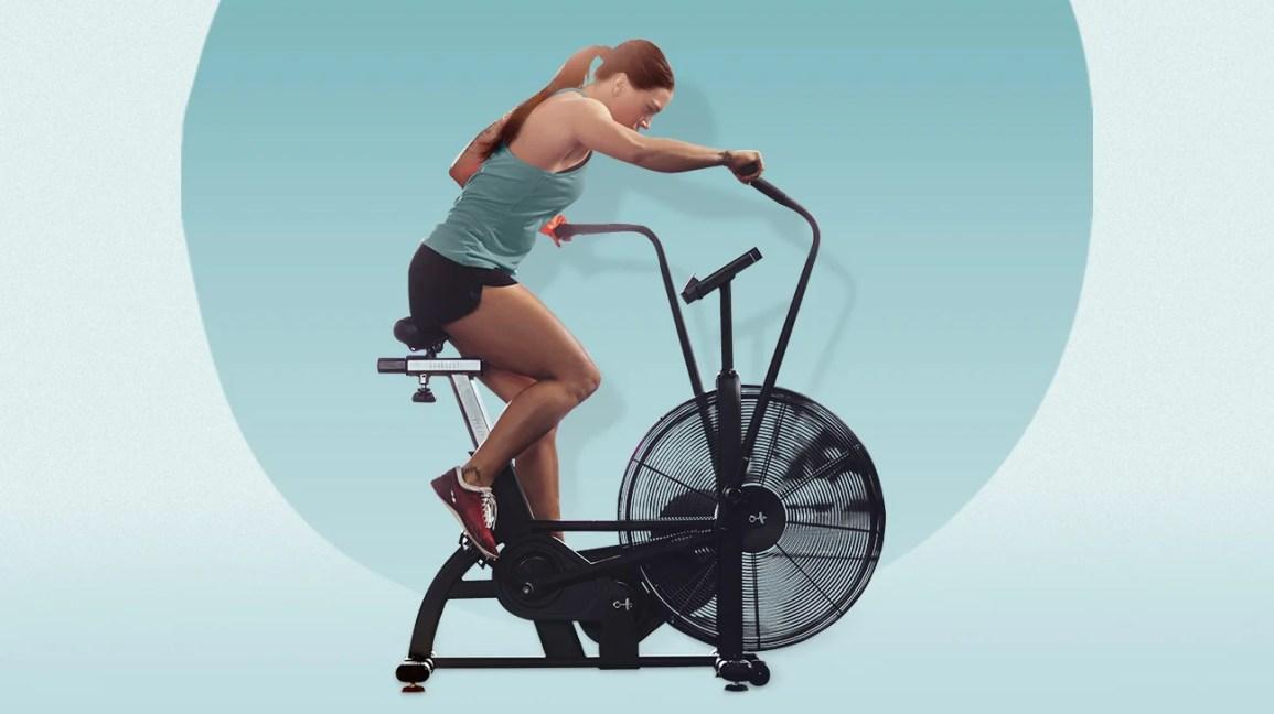 Uma mulher em uma bicicleta aérea