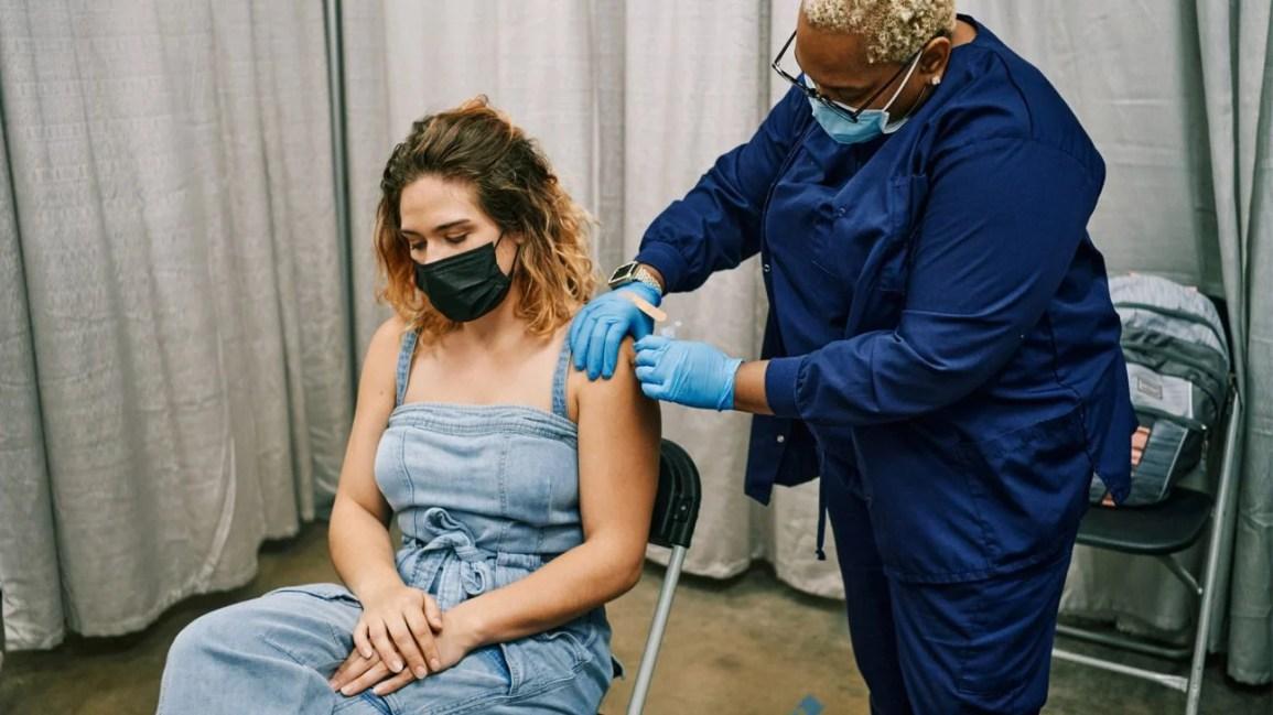 Moderna COVID aşısı olan kadın