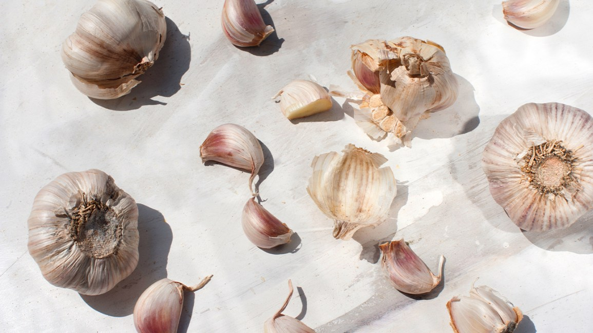 Raw garlic and garlic cloves.
