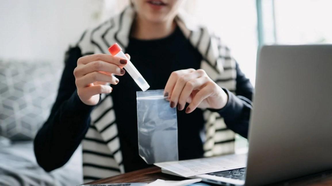 Mulher fazendo um teste caseiro de DST