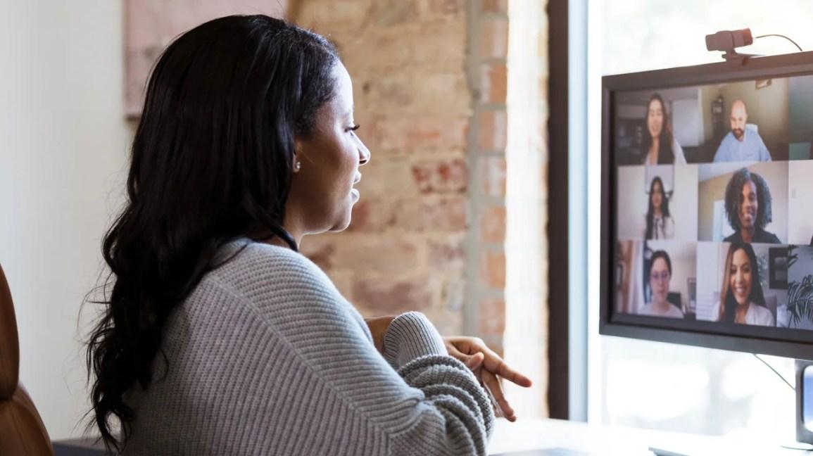 mulher olhando para tela de chamada de zoom no monitor do computador
