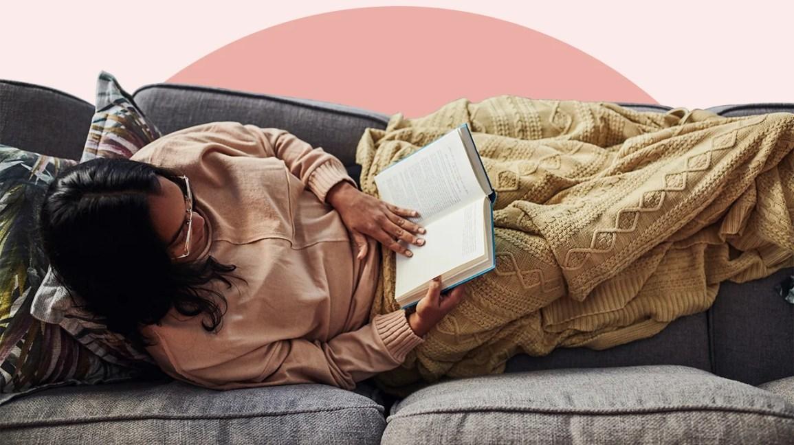 Mulher lendo um livro de autoajuda