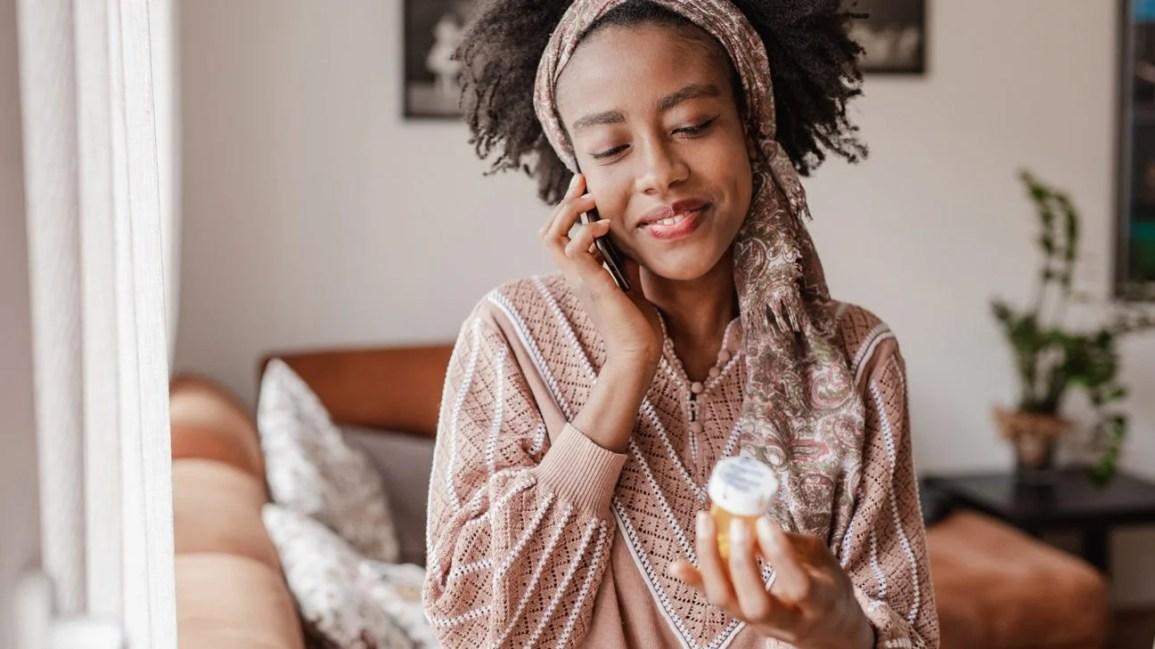 Uma mulher tomando pílulas femininas