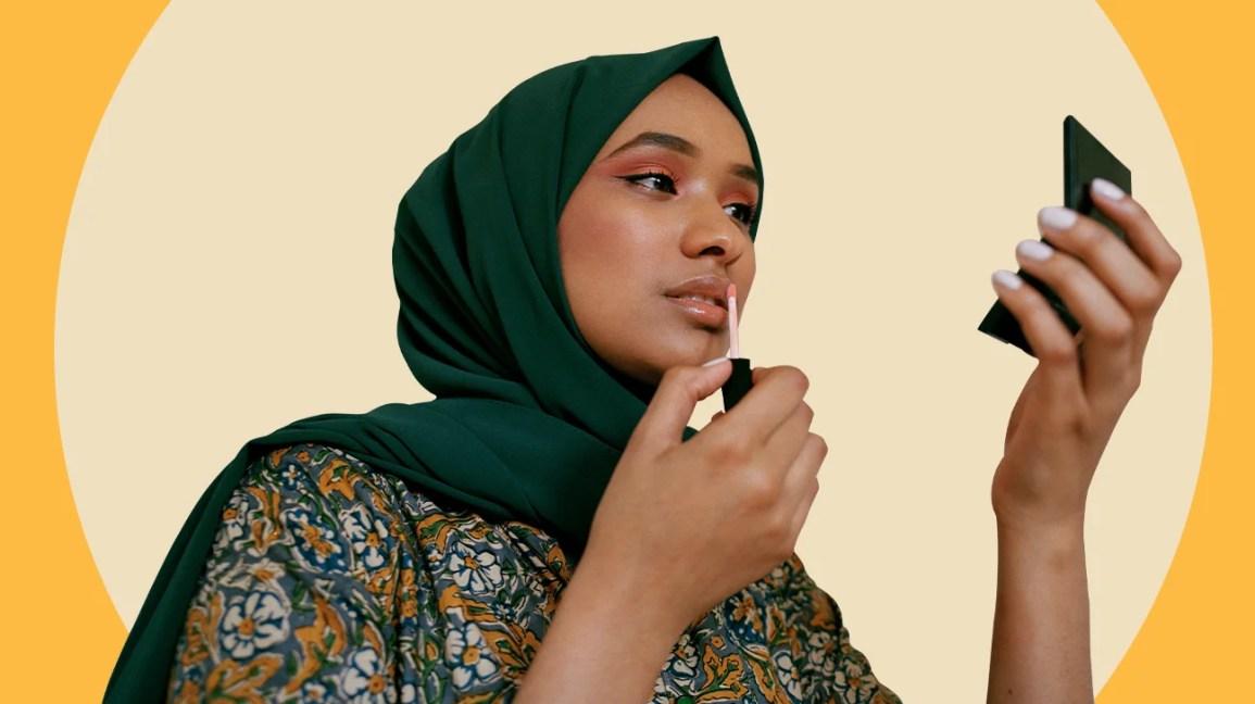 Mulher aplicando brilho labial