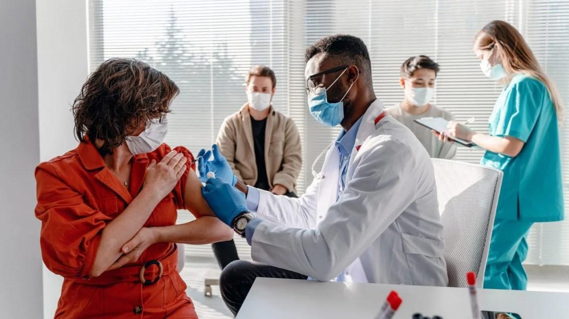 recebendo a vacina AstraZeneca COVID-19