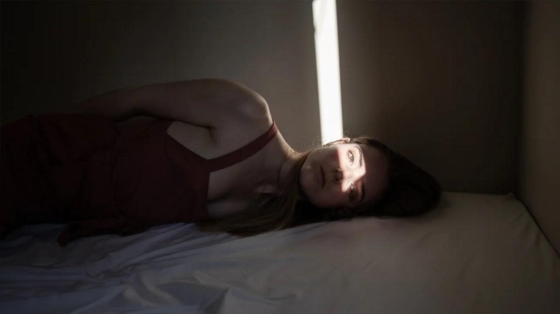 mulher com enxaqueca oftalmoplégica ou RPON