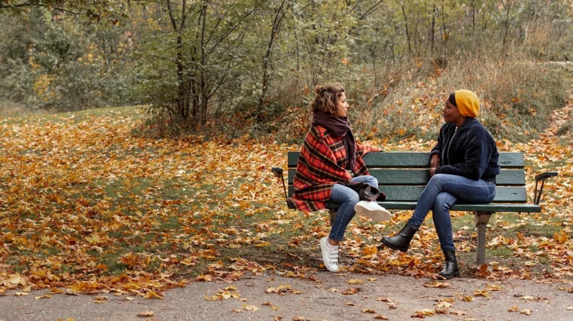 iki kadın endişe ve geveleyerek konuşmayı tartışıyor
