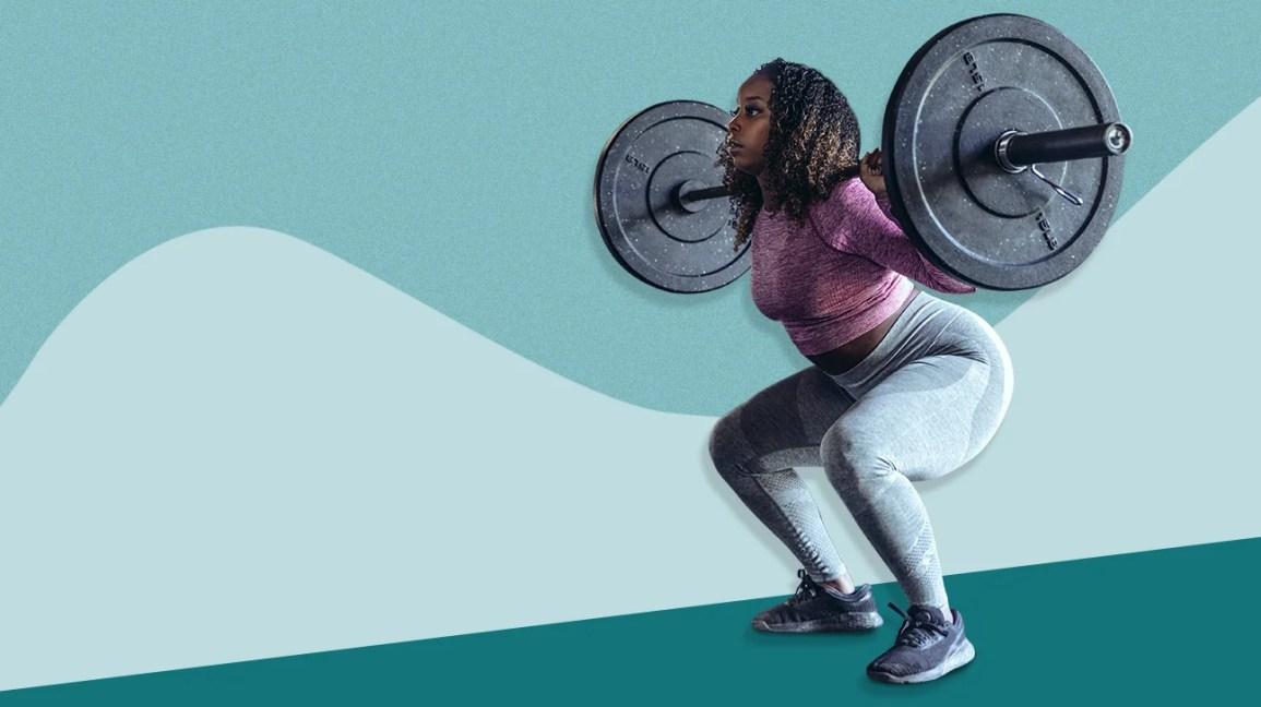 Mulher se exercitando com placas de proteção