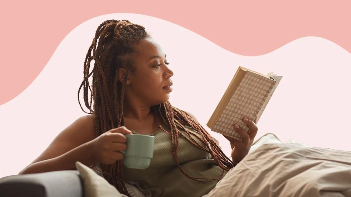 Mulher lendo um livro no sofá