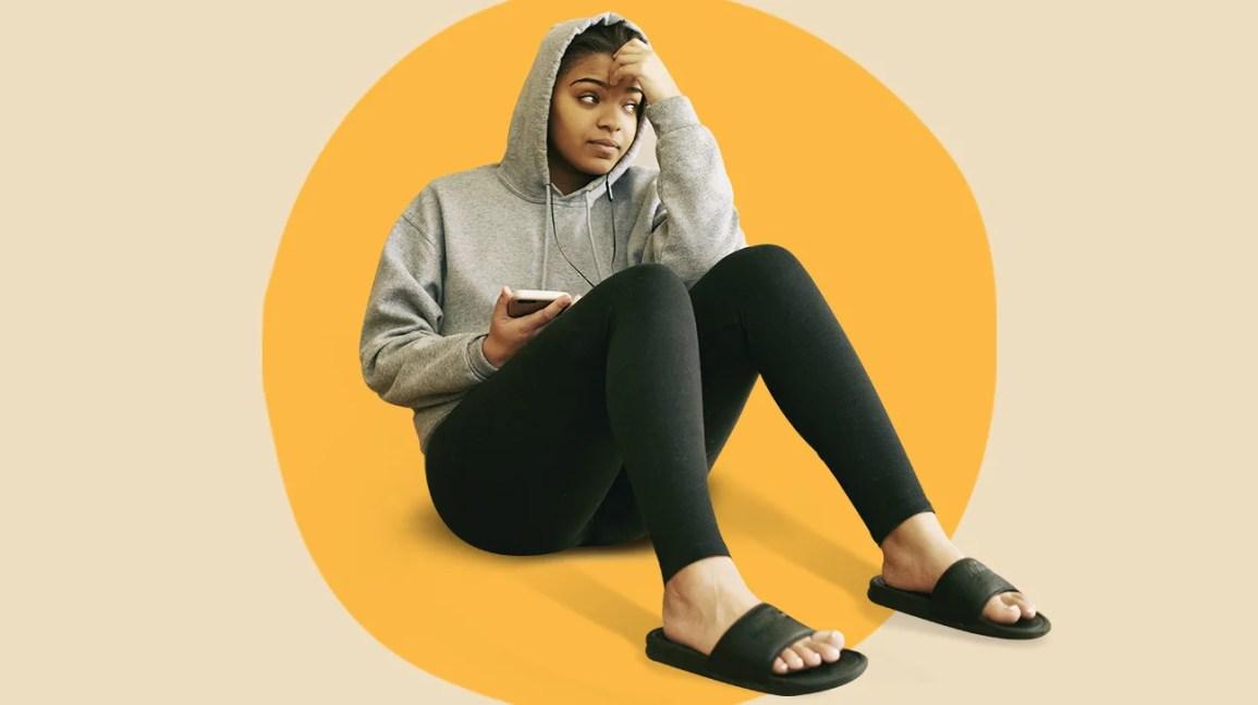 Mulher sentada olhando para o telefone