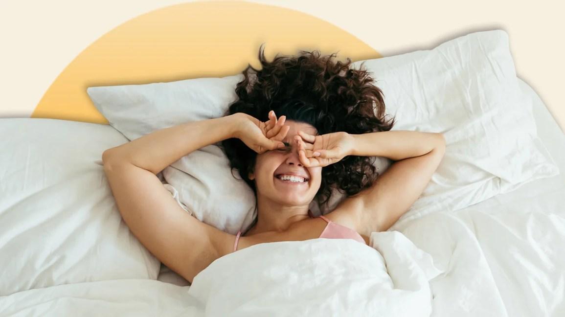 Uma mulher acordando na cama