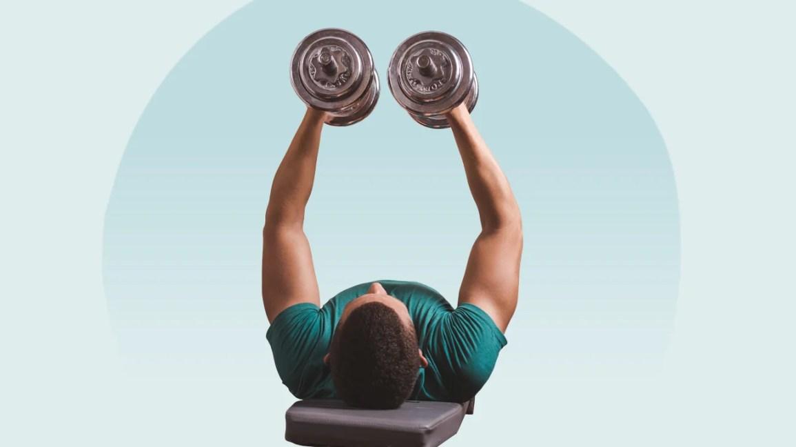 Homem se exercitando em um banco de musculação