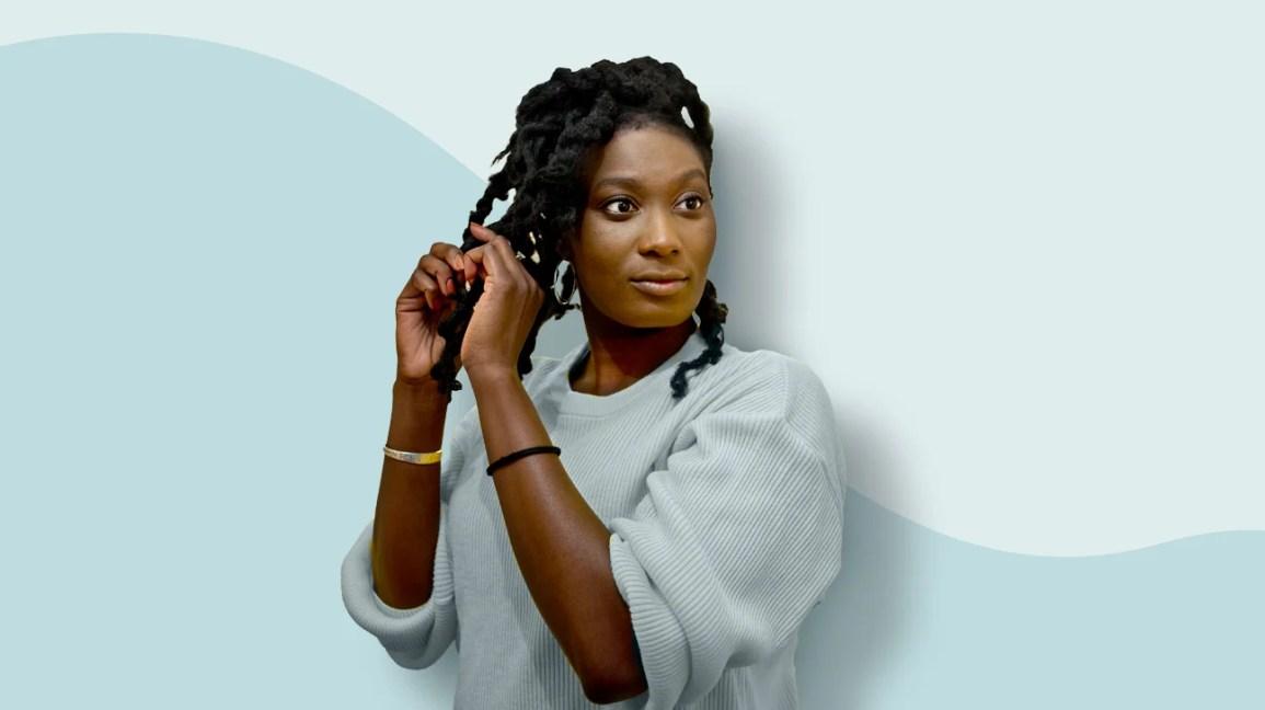 Uma mulher tocando seu cabelo natural
