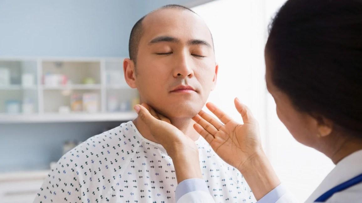 homem sendo diagnosticado para leucemia