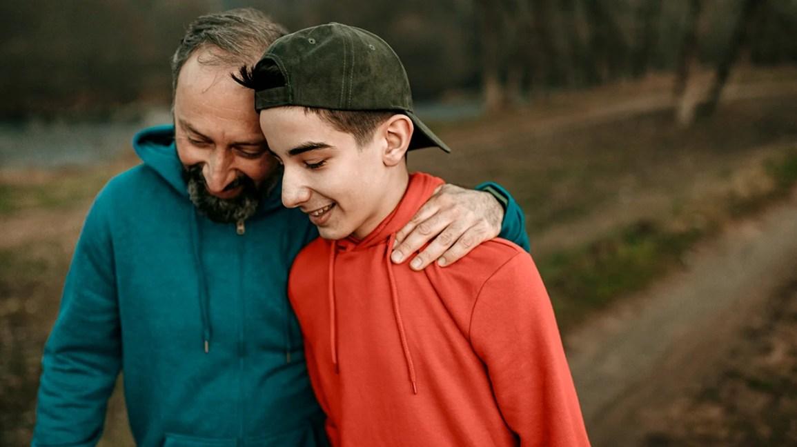 homem e filho discutindo convulsões e o cérebro
