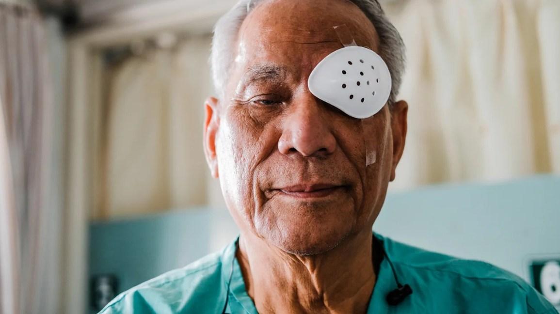 homem passando por recuperação de cirurgia de catarata