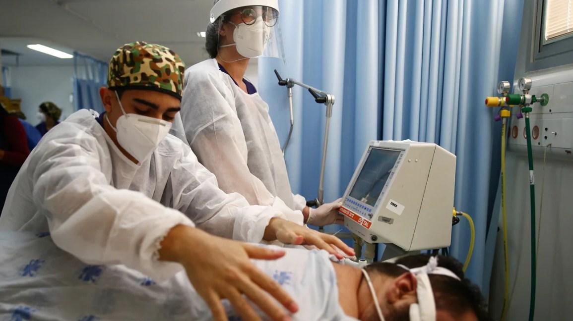homem em posição de bruços para terapia respiratória