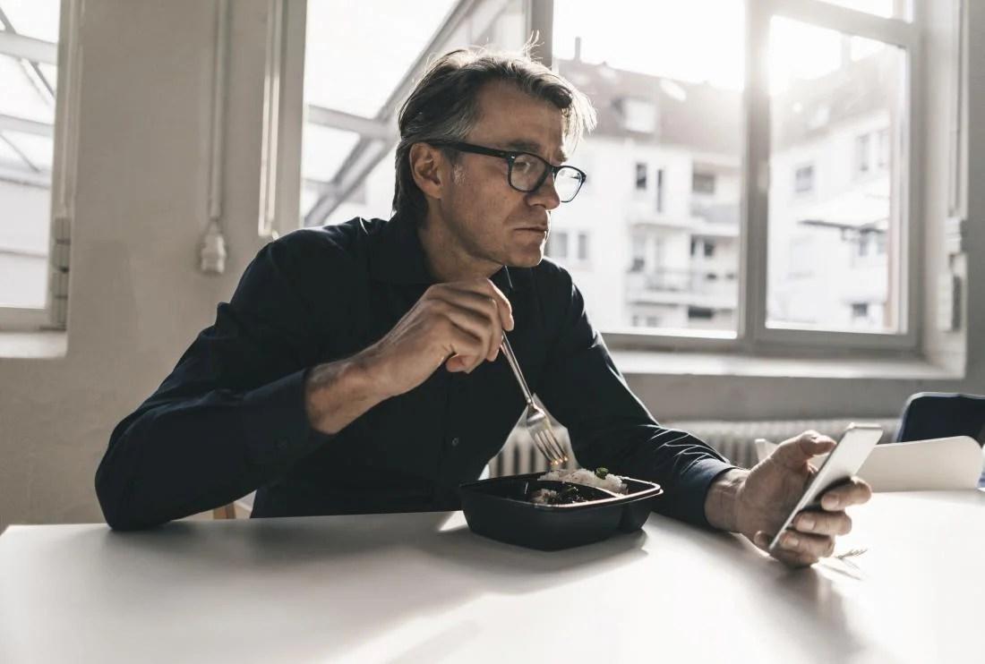 男人吃加工食品