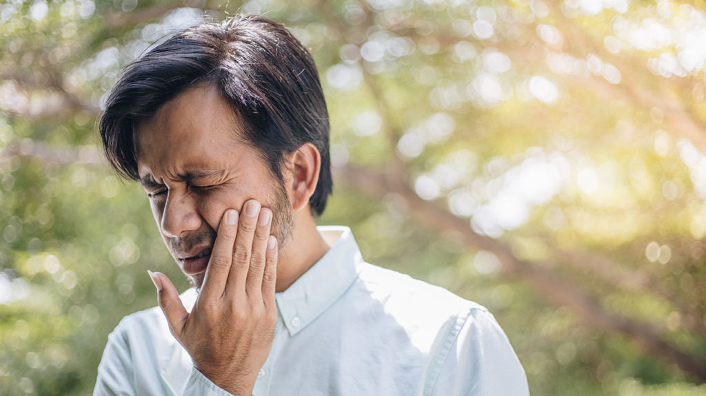 a man with toothache because of pulpitis