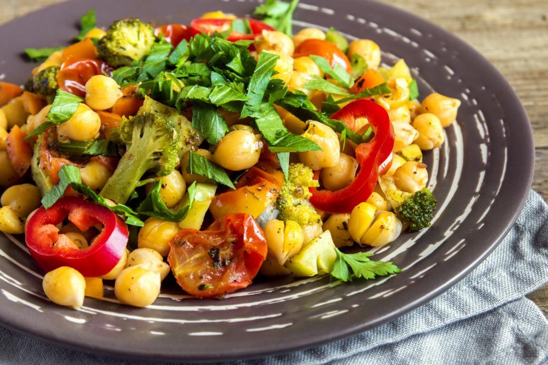 مرق نباتي مع الحمص والخضروات بما في ذلك الطماطم والبروكلي والفلفل