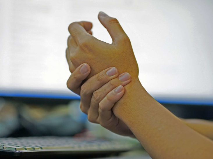 Numbness in the hands: Causes and treatments