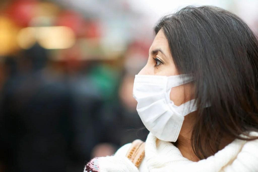 personne portant un masque facial