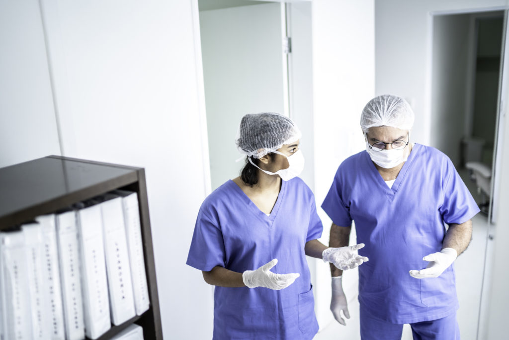 Médecins, conversation, hôpital, couloir
